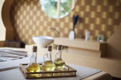 le massage à l'huile est en fait un auto-massage faisant partie des routines matinales quotidiennes en ayurvéda